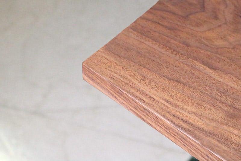 何も置いていない状態のウォルナット柄テーブル