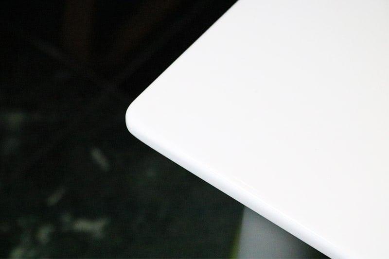 何も置いていない状態の白無地のテーブル