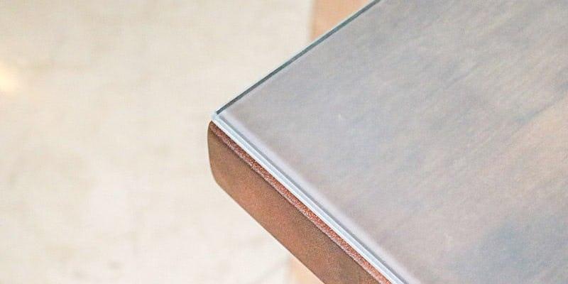 セラミックプリントガラス(ミストホワイト)を乗せたクラフトテーブル(作業台)