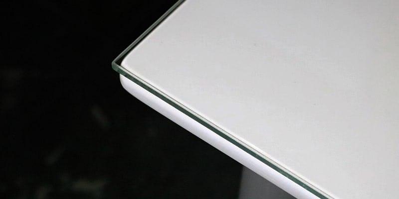 高透過ガラスを乗せた白無地のテーブル