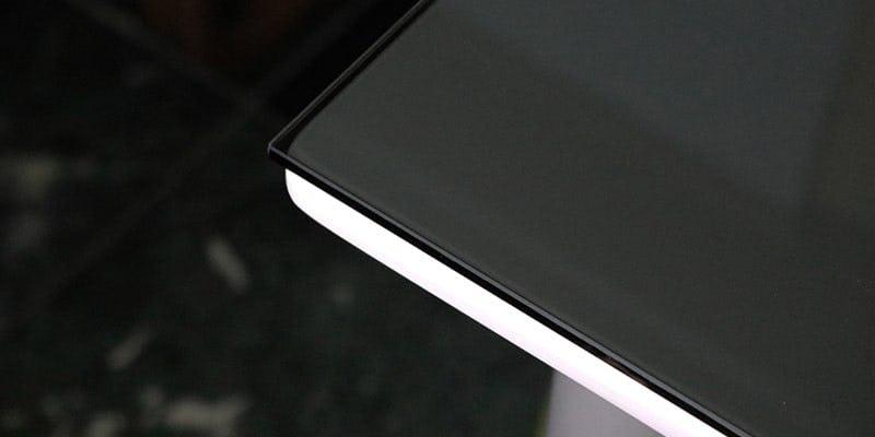 色ガラス(ブラック)を乗せた白無地のテーブル