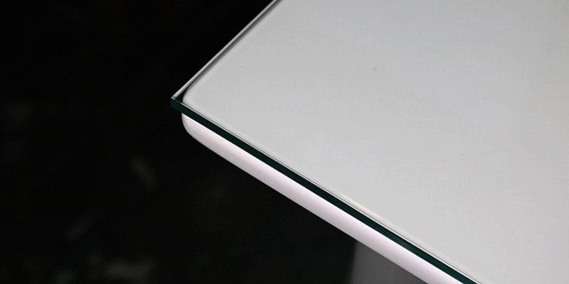ガラス色アクリルを乗せた白無地のテーブル